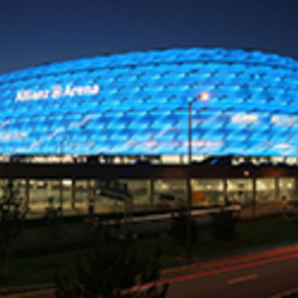 in blau leuchtende AllianzArena in München